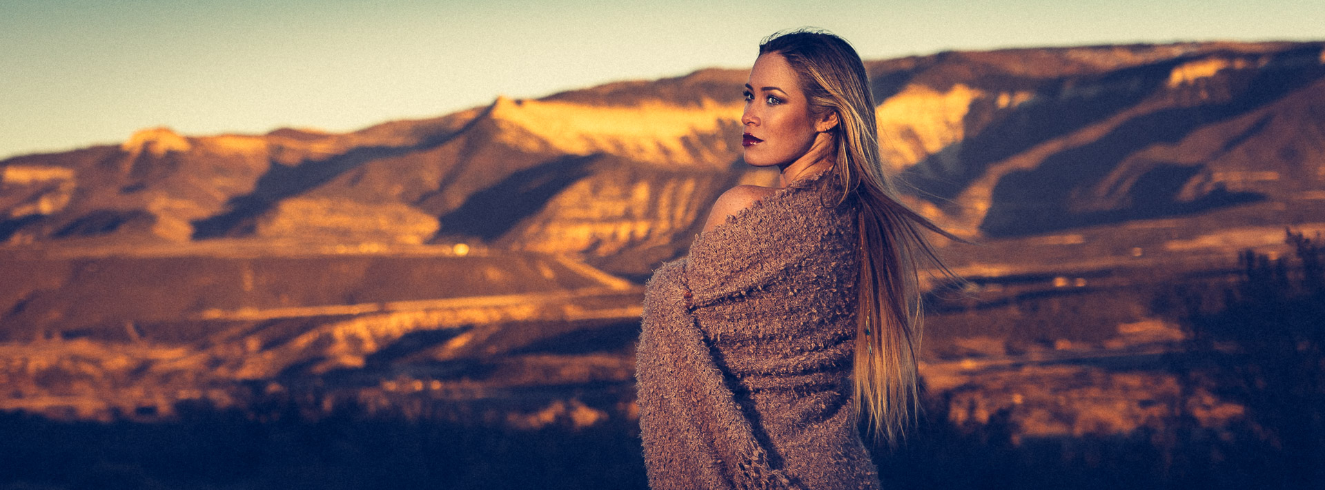Andréa Noeli at sunset with a blanket